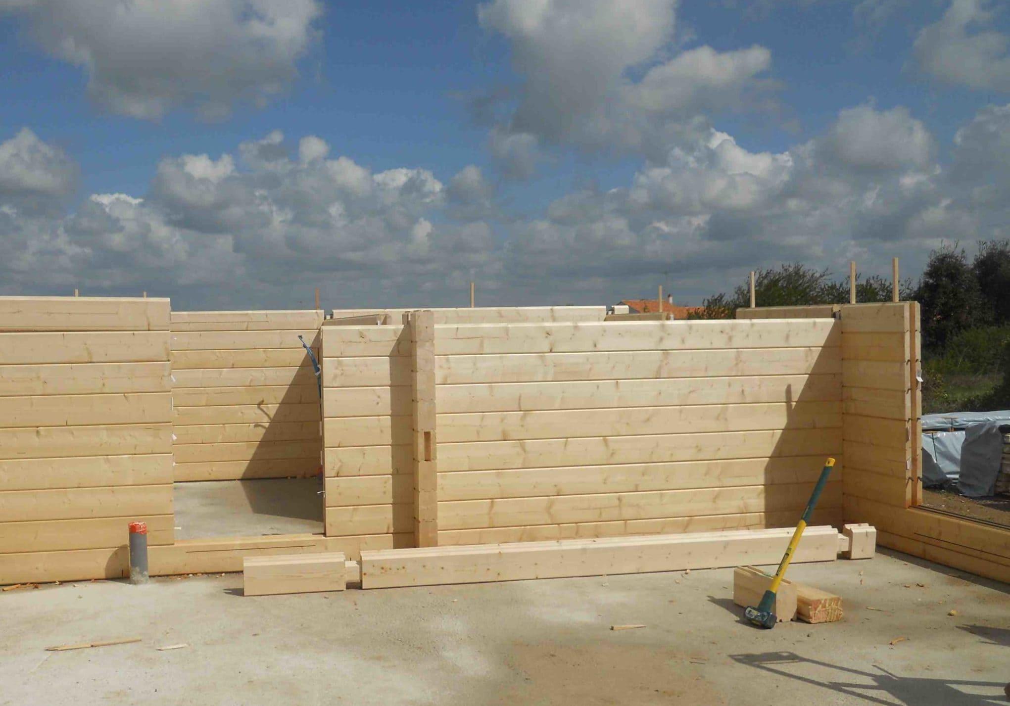 Assemblage et montage maison bois madrier